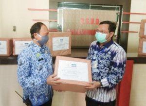 Herman Khaeron Salurkan Bantuan APD ke RSUD Arjawinangun